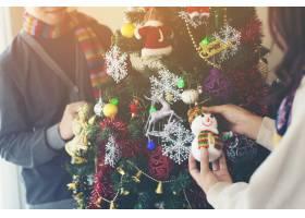 幸福家庭装饰圣诞树写真_1503058