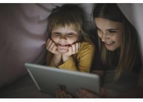 快乐的姐妹们在毯子帐篷里看电影_2033657