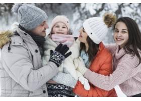 欢快的家庭在冬天摆姿势_1907243