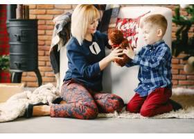 母亲带着儿子欢度佳节_1533531