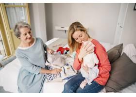 母亲抱着婴儿_2032773