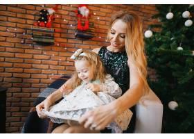 母女俩坐在圣诞树旁_1533657