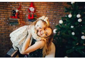 母女俩坐在圣诞树旁_1533659