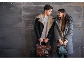 演播室里穿着冬衣的情侣_1618088
