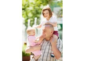 父亲带着两个孩子的肖像_1631078