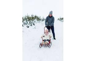 父亲带着女儿在农村散步_1891680
