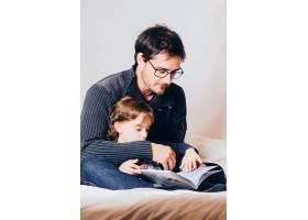 父亲给女儿读故事_1540854