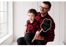 父亲节带着儿子微笑的男人_2037025