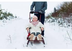 快乐的女孩和父亲一起坐雪橇_1891685