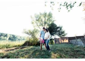 时髦的期待情侣站在绿树下热情拥抱_1620659