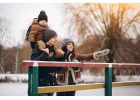 户外的冬天里的一家人_1612454