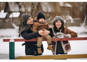 户外的冬天里的一家人_1612455