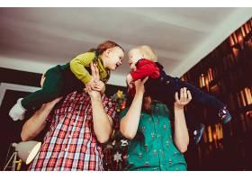 母亲和父亲牵着他们的儿子不放_1617119