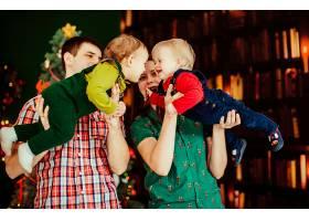 母亲和父亲牵着他们的儿子不放_1617123