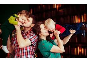 母亲和父亲牵着他们的儿子不放_1617124