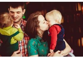 母亲和父亲牵着他们的儿子不放_1617129