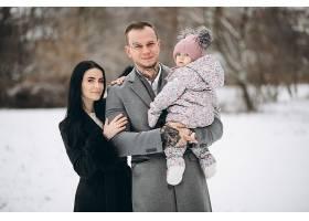 冬天一家人带着女儿在公园里_1612475