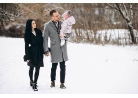 冬天一家人带着女儿在公园里_1612478