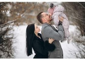 冬天一家人带着女儿在公园里_1612480