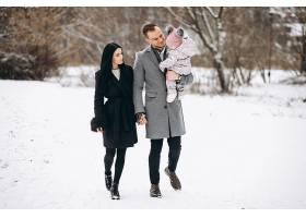冬天一家人带着女儿在公园里_1612493