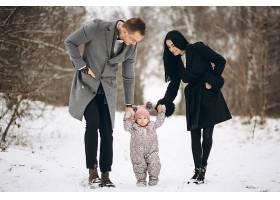 冬天一家人带着女儿在公园里_1612495