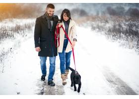 冬天带着狗在街上的情侣_1612390