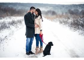 冬天带着狗在街上的情侣_1612391