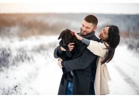 冬天带着狗在街上的情侣_1612392