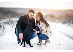 冬天带着狗在街上的情侣_1612395