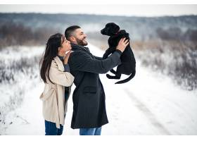 冬天带着狗在街上的情侣_1612397
