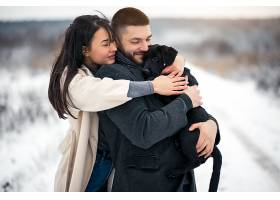 冬天带着狗在街上的情侣_1612398