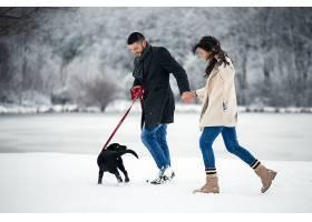 冬天带着狗在街上的情侣_1612402