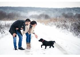 冬天带着狗在街上的情侣_1612403