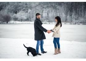 冬天带着狗在街上的情侣_1612404