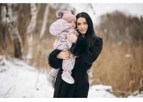 冬天母女俩在外面过冬_1612486