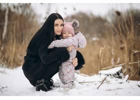 冬天母女俩在外面过冬_1612487