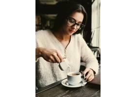 女孩在一杯咖啡里倒牛奶_1621063