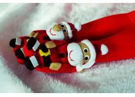 女孩脚上的圣诞老人形状的拖鞋_1617063