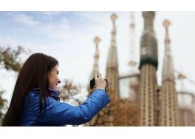 女游客在巴塞罗那拍摄Sagrada Familia_1474610