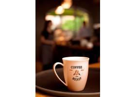 背景模糊的盘子上的咖啡杯_11631348