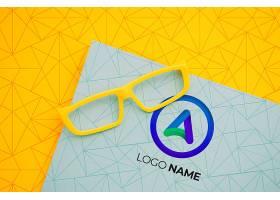 带有公司徽标名称的黄色镜框镜头_6414962