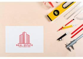带有建筑物和文具的房地产标志_5496409