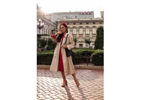 桑迪红色连衣裙的晒黑了黑发女人时尚贝雷_16083578