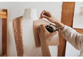 女人为时装模特创造衣物图案_15970721