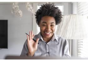 女人通过电子学习系统学习一个在线课程_15840947