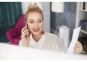 妇女正面图谈话由电话_15973040