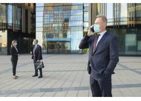 确信的商人佩带的面具和办公室衣服谈话在手_9649047