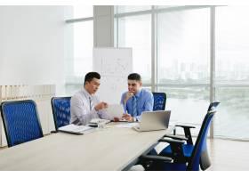 两名商业管理人员在会议室谈判合同_5699141