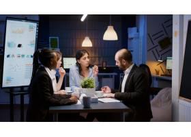 解释管理统计的执行经理妇女在公司战略加班_15854117
