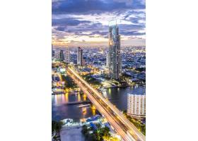 都市风景视图和大厦在暮色在曼谷泰国_4690153